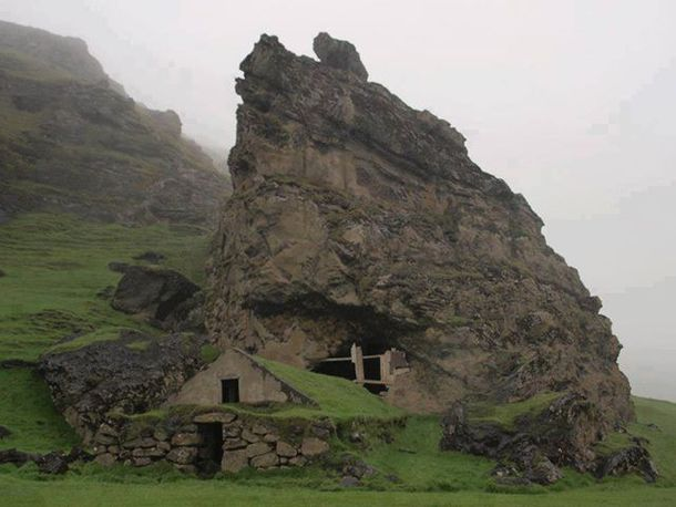 Abandoned cottage in Iceland
