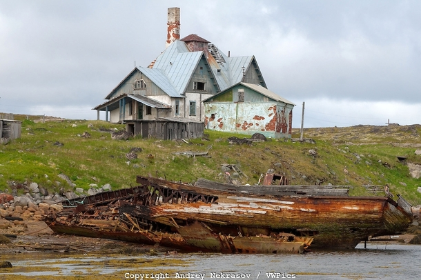 Abandoned house on the coastline in the Arctic regions of Russia in the Dalnezelenetsky bay Photo by Andrey Nekrasov