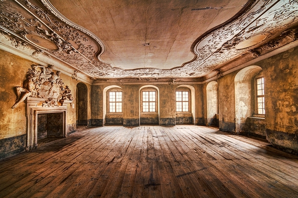 Incredibly ornate abandoned room - Photorator