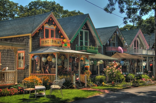 Oak bluffs an island village of gingerbread and cape cod for Martha s vineyard gingerbread cottages