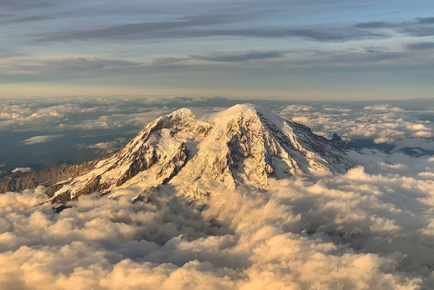 Typically Im annoyed of flights getting delayed on this occasion not so as  mins of delay caused my flight to flew by Mount Rainier Washington around golden hour