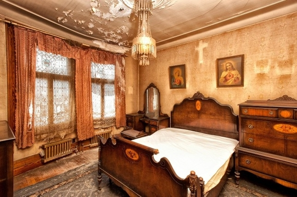 Victorian Home That Was Up For Sale In Montreal With Original Wallpaper And  Furniture Full Album