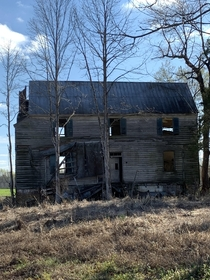 Abandoned farmhouse Beaverdam VA Any ideas on age It looks very old to me based on large size small windows and simple design