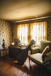 Abandoned home with vintage items