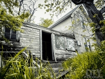 Abandoned house over grown with greenery in Oklahoma City Oklahoma - photographer Jesse Edgar of Loud City Photography