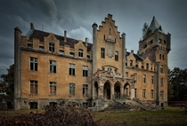 Abandoned neo-Gothic palace  - Photo by ukasz Makiewicz