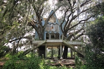 Abandoned tree house mansion in Florida by Drew Perlmutter