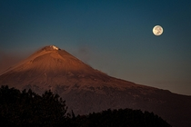 An amazing sky doesnt always need clouds Moonset next to a sunrise lit volcano Mexico