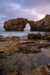 Arch Rock in Corona Del Mar CA looks like a chonker cat kissing a stretchy cat or two Iguanas I cant decide Beautiful spot nonetheless