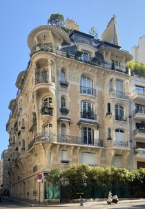 Art Nouveau building in Paris me