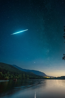 Caught this incredible exploding meteor when I went to Rattlesnake Lake in Washington USA last weekend Zoom in to see the exact moment it explodes in two