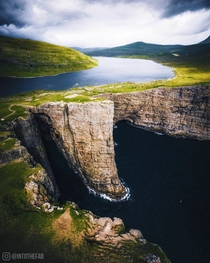 Lake Srvgsvatn in Faroe Island gives us a confused perspective  - Instagram intothefab