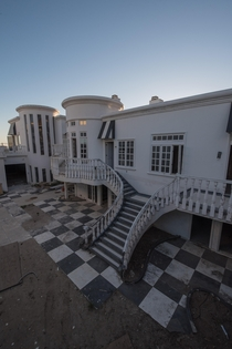 Millionaires Mansion sitting abandoned in Malibu Beach California