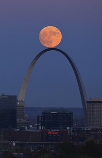 Moon rolling on St Louis Arch David Carson