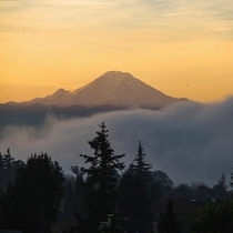 Mt Rainier from a Seattle neighborhood