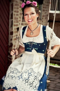 Pic #11 - Bavarian girls in dirndls