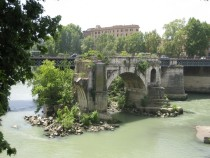 Ponte Rotto present and the abandoned past side by side