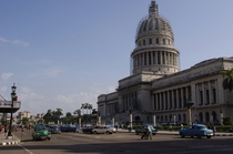 Relic of a bygone era Havanas Capitolio surrounded by antique cars