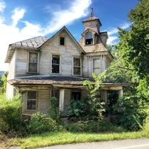 Simply stunning abandoned home in Thompsontown Pennsylvania