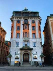 Skeppsbron  Old Town - Stockholm The design is in new baroque with rounded corners and a two-storey cage language supported by a shipwreck sculpted in sandstone The facade is designed in finely carved sandstone whose high pilasters enhance the height effe