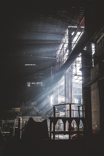 Sun ray push through the metal frames of the Belgium HF factory