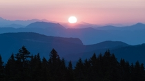 Sunrise over the Washington cascades