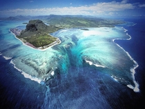 The Underwater Waterfall Illusion at Mauritius Island