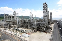 The worlds th largest oil refinery at GS Caltexs facility in Yeosu South Korea