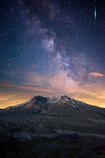 Washington strikes again Mount St Helens beneath the Milky Way   Benjamin Noblitt