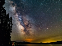 While the rest of my friends went to bed I wandered around Diamond Lake hoping the dark skies would reward me They were magnificent and brought me a bounty of amazing shots  x