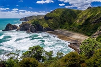 Whites Beach is only  km from Aucklands city centre yet you see hardly anyone of Aucklands M inhabitants there